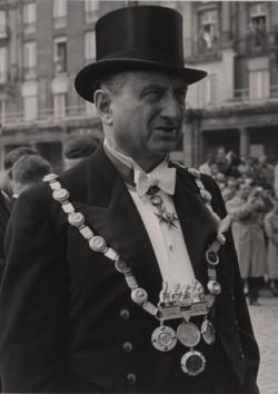 Ernst Schwering mit Amtskette, 1955