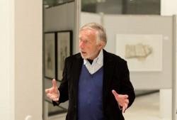 Rolf Escher führte vorab durch die Ausstellung