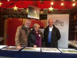 Die FREUNDE-Mitglieder Renate Brandt und Manfred Erhardt unterstützen gemeinsam mit dem Vorsitzenden Burkhard von der Mühlen tatkräftig die Weihnachtsaktion.